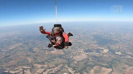 Iara realizou o sonho de saltar de paraquedas após completar 69 anos