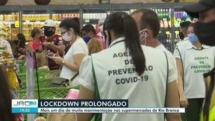 Mercados têm movimento intenso e aglomeração para compra de peixe na Semana Santa