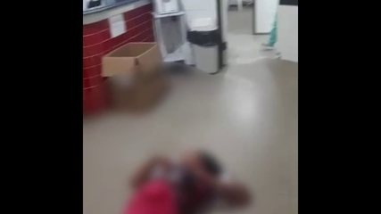Stabbed woman awaits care on the floor of a health unit in Ferreiros