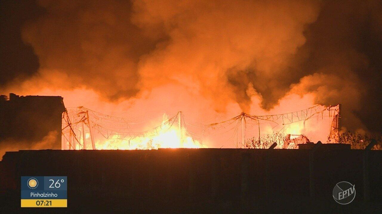 Galpão de reciclagem pega fogo em Hortolândia