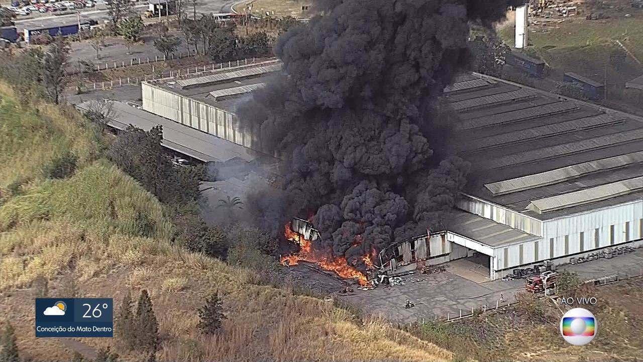 Fábrica desativada pega fogo em Betim, na Região Metropolitana de Belo Horizonte