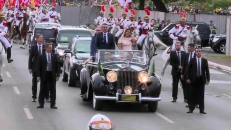 Jair Bolsonaro e primeira-dama desfilam em carro aberto
