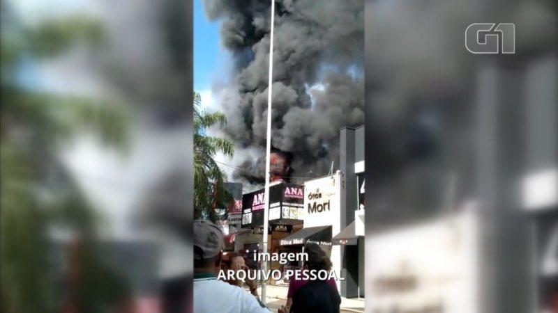 Corpo de Bombeiros combate incêndio em loja no calçadão de Araçatuba