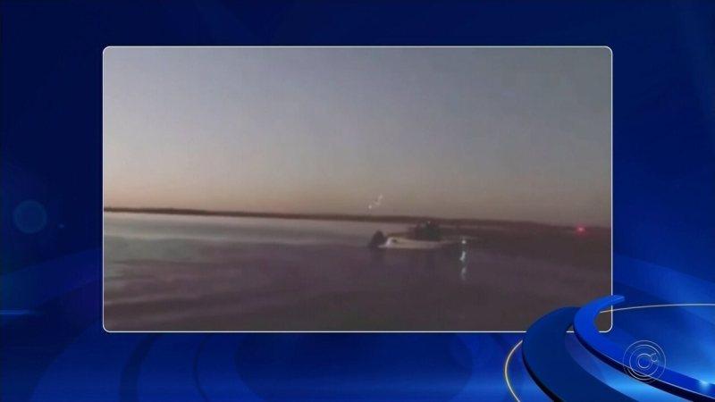 Piloto faz manobras arriscadas com avião às margens do Rio Tietê no interior de SP