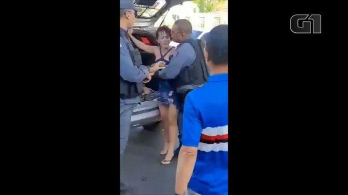 Vídeo flagra mulher sendo colocada à força em carro da PM no Maranhão