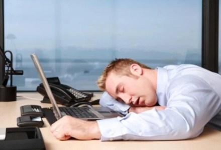 TiredAtWork_398129161 ما مدى أضرار العمل من البيت على جسم الإنسان؟ المزيد