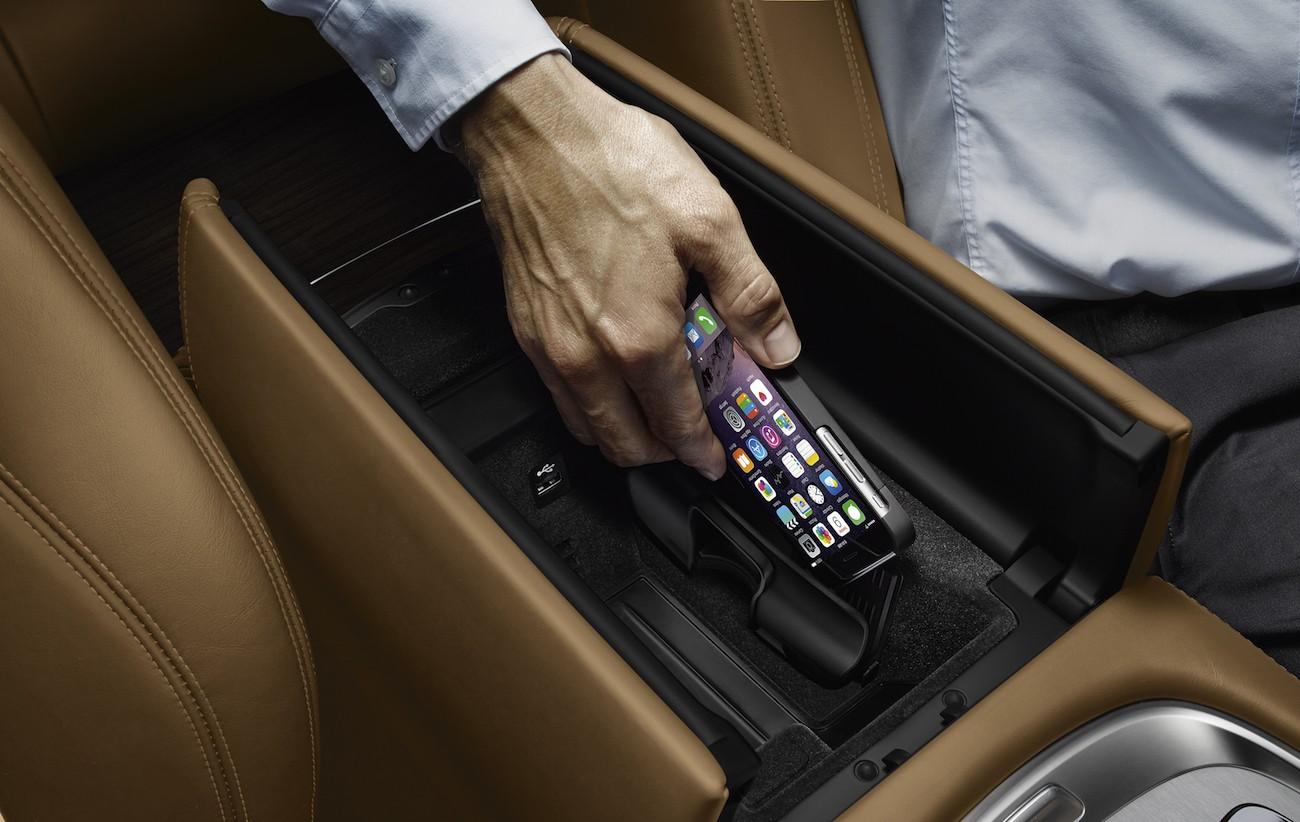 Glänzen bei auswahl dieser option in schwarz statt in chrom. BMW Introduces Retrofit Wireless Charging Kit - autoevolution