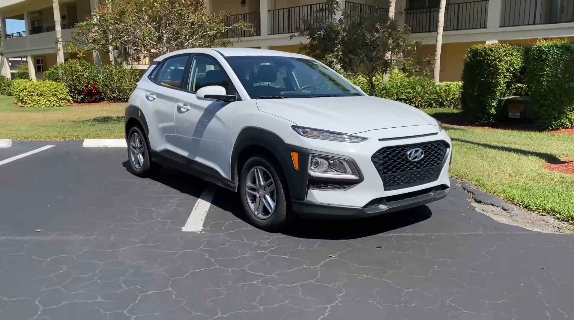 It is quite a practical subcompact suv that is aimed at fulfilling everyday family needs. Tfl Reviews The Most Affordable 2021 Hyundai Kona It S Pretty Good Value Autoevolution