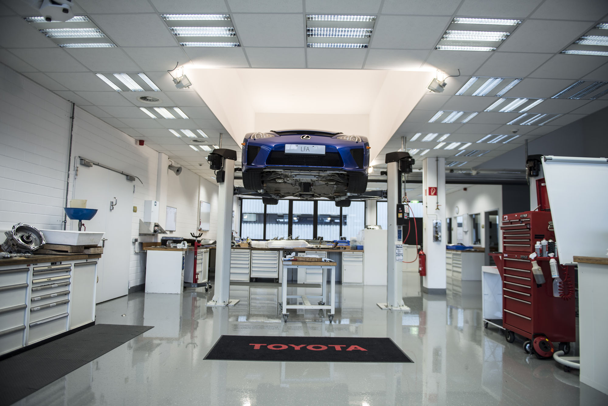 This Is What Servicing a Lexus LFA Looks Like autoevolution