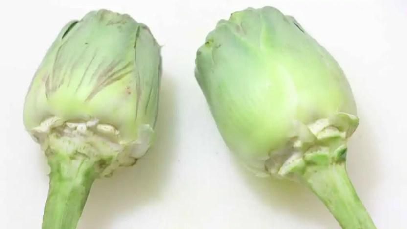 Retiramos las hojas duras de las alcachofas