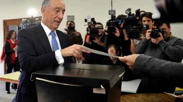 Marcelo Rebelo de Sousa vota durante las presidenciales en Portugal.