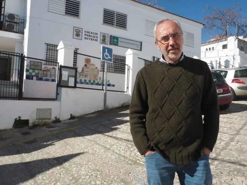 Juan Antonio, de 61 años, es el profesor jubilado de un pueblo de Huelva en el que sus alumnos lo vitorearon el día de su despedida.