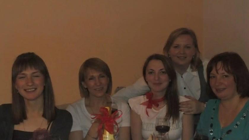 En el centro de la imagen, Valentina, junto a varias amigas en San Petersburgo.