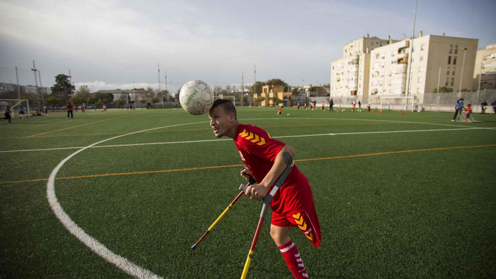 Ihab Ettalib, de la selección española de amputados, entrenando en la barriada de San Telmo, en Jerez de la Frontera (Cádiz). Foto Fernando Ruso
