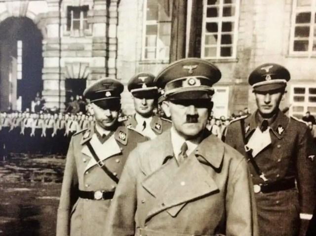 En primer plano, Adolf Hitler, y detrás, a la derecha, Heydrich, en una visita al castillo de Praga.