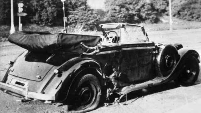 El Mercedes en el que viajaba Heydrich, tras la explosión de la granada.