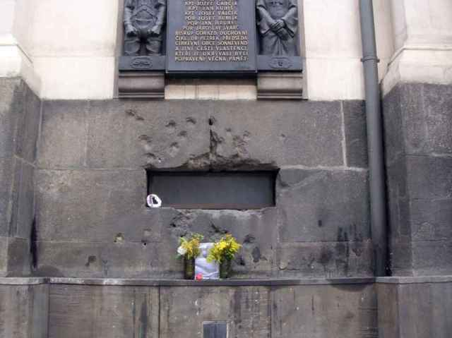Claraboya que da a la cripta, todavía agujereada por los disparos de bala de los SS.
