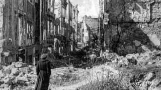 Una mujer contempla los efectos de las miles de bombas que incendiaron Dresde