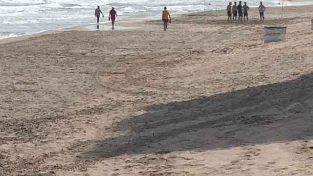 Un grup de turistes joves jugant un partit de vòlei en una platja de la Màniga aquest divendres.