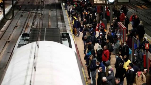 Desenes d'usuaris agafen un tren de Rodalies a primera hora d'aquest dimarts a Atocha.