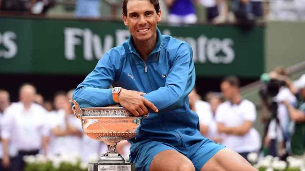 Rafa Nadal con el trofeo de Roland Garros