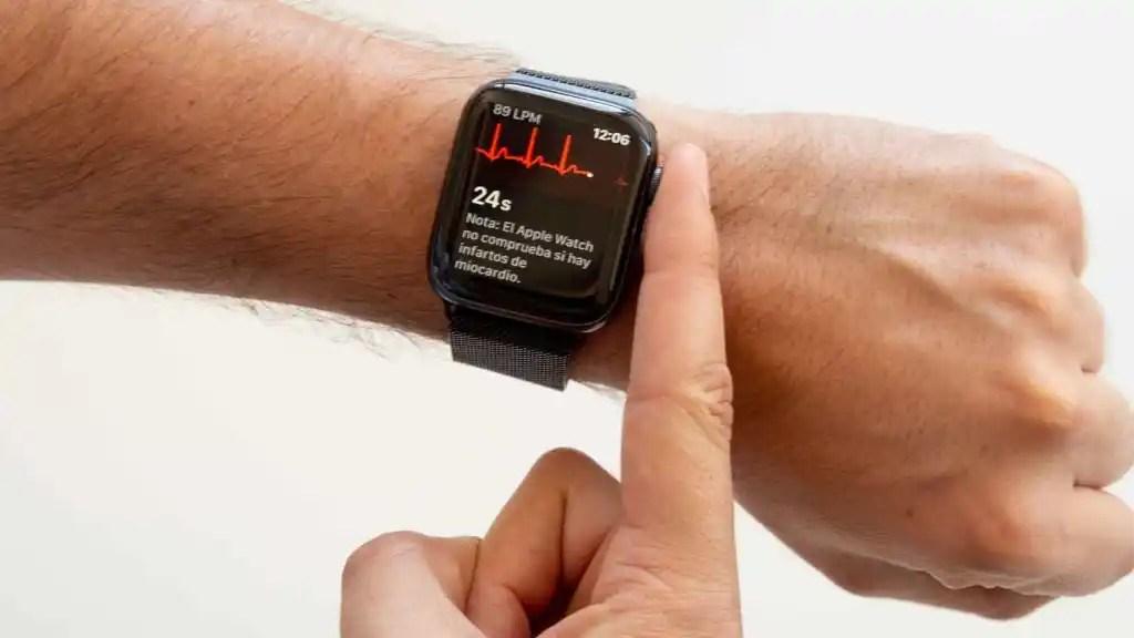 Apple Watch haciendo un electrocardiograma.