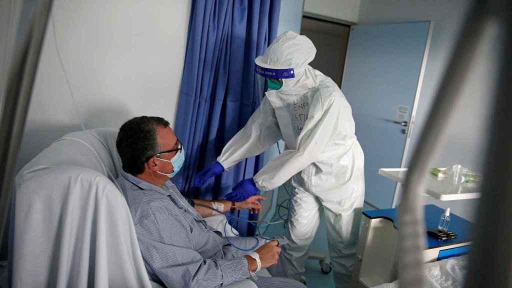 Una enfermera atiende a un paciente en un hospital de Portugal. Alemania