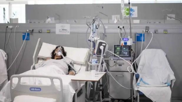 Una mujer, en una de las camas de la UCRI del Zendal.