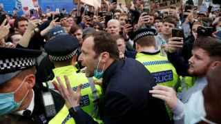 Petr Cech talks to Chelsea fans protesting the European Super League