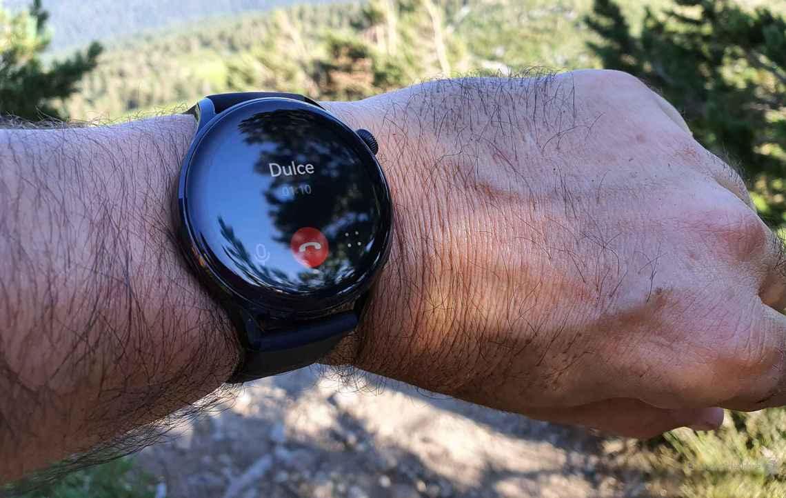 A punto de coger una llamada en el Huawei Watch 3