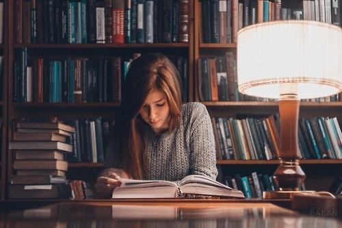 Αποτέλεσμα εικόνας για girl reading tumblr