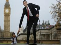 Image of the day: When the world's tallest man met the world's shortest