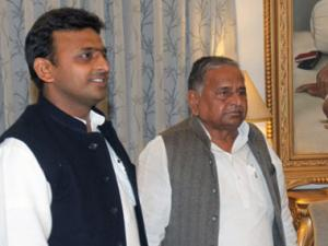 Still hopeful of being PM, Mulayam distances himself from Akhilesh's failures