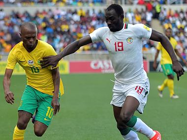 Senegal's Saliou Ciss (R) tackles South Africa's Thulani Serero (L) during the 2018 World Cup qualifying football match between South Africa and Senegal on November 12, 2016 at the Peter Mokaba stadium in Polokwane. / AFP PHOTO / STRINGER