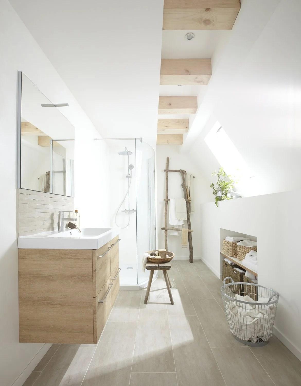 Une Salle De Bains Zen Aux Tons Blancs Et Bois Sous Les