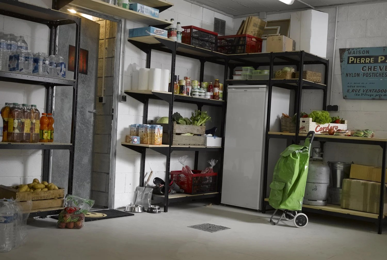 Un Garage Rempli De Rangements Et Etageres Leroy Merlin