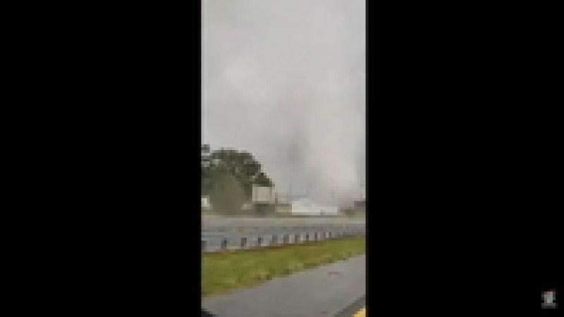 Водитель снял на видео, как торнадо «переходит» дорогу