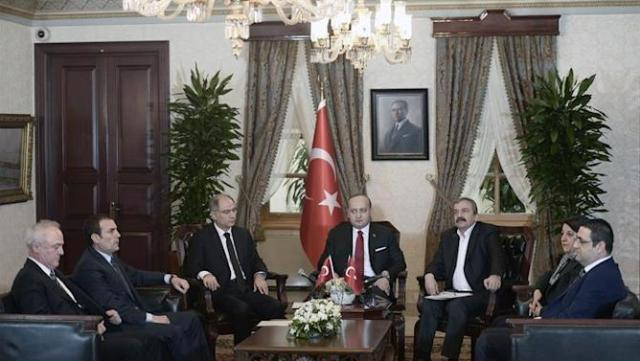 TUR02. Istanbul (Turkey), 28/02/2015.- A handout picture provided by Prime Minister Press Office shows Deputy Prime Minister Yalcin Akdogan (C) Interior Minister Efkan Ala (3-L) and Peoples' Democratic Party (HDP) lawmakers Sirri Sureyya Onder (3-R) and Pervin Buldan (2-R) attending a meeting in Istanbul, Turkey 28 February 2015. Adullah Ocalan, the jailed leader of the Kurdistan Workers' Party (PKK) called for the organization to disarm after more than 30 years of conflict with Turkey, according to a statement read out by his representatives on 28 February. Ocalan, in jail since 1999, has been holding peace talks with the Turkish government in recent years in an effort to resolve the conflict. Many Kurds in Turkey say the state has systematically discriminated against them over the decades. (Turquía, Estanbul) EFE/EPA/TURKISH PRIME MINISTER PRESS OFFICE /HANDOUT HANDOUT EDITORIAL USE ONLY/NO SALES