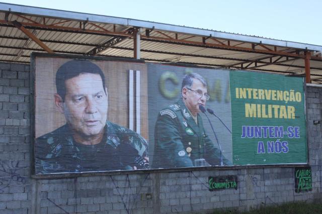 Outdoor pede intervenção militar no km 281 da Rodovia Régis Bittencourt, no Jardim Pinheirinho, em Embu das Artes (SP), nesta segunda-feira (21). Foto: Everaldo Silva/Futura Press