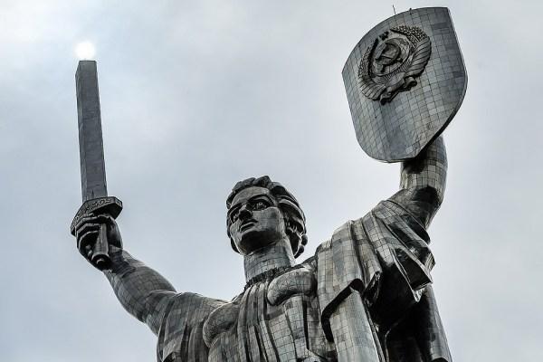 Украинские декоммунизаторы споткнулись о «Родину-мать» в Киеве