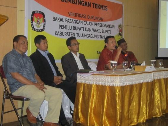 Pembukaan acara bimtek PPK di Hall Liiur FM, Rabu (8/8) malam yang dilakukan oleh Ketua KPU Tulungagung, Suyitno Arman SSos MSi.