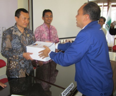 Suyitno Arman menerima berkas syarat pendaftaran Pemilu 2014 yang diserahkan Ketua DPD Partai Nasdem Tulungagung Janta Wiwaha.