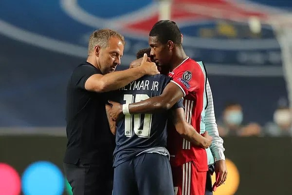Técnico Hansi Flick e Alaba consolam Neymar após vice-campeonato com o PSG — Foto: Miguel A. Lopes/AFP