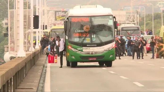 Sequestrador chega a sair e colocar parte do corpo para fora do ônibus na Ponte Rio-Niterói — Foto: Reprodução/ TV Globo