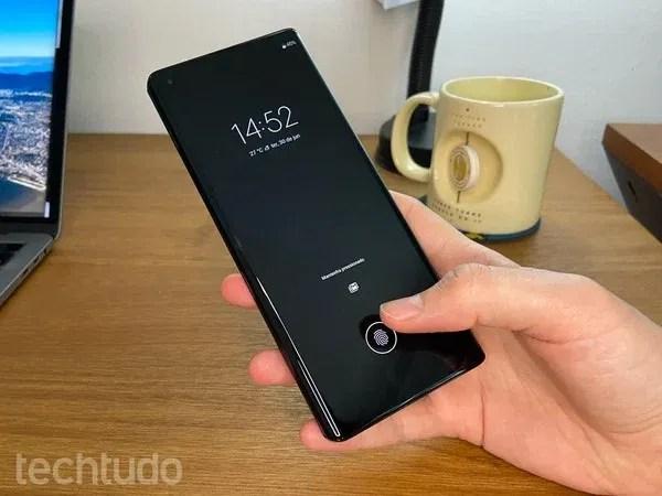 Motorola Edge Plus: leitor de impressões digitais fica na própria tela de 6,7 polegadas — Foto: Thássius Veloso/TechTudo