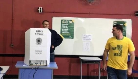 Bolsonaro na cabine de votação, em seção eleitoral na Vila Militar (RJ) — Foto: Carlos de Lannoy/TV Globo