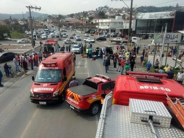 Bombeiros socorreram as vítimas do acidente em Ituporanga — Foto: Corpo de Bombeiros/ Divulgação