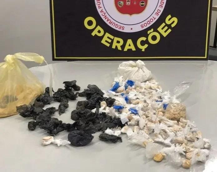 Trouxinhas de drogas foram apreendidas com o suspeito