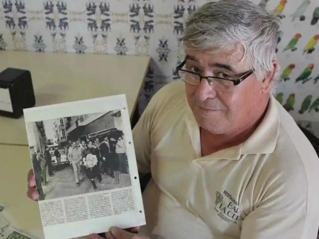 Manuel, hermano del fallecido, muestra un recorte donde sale María la Portuguesa