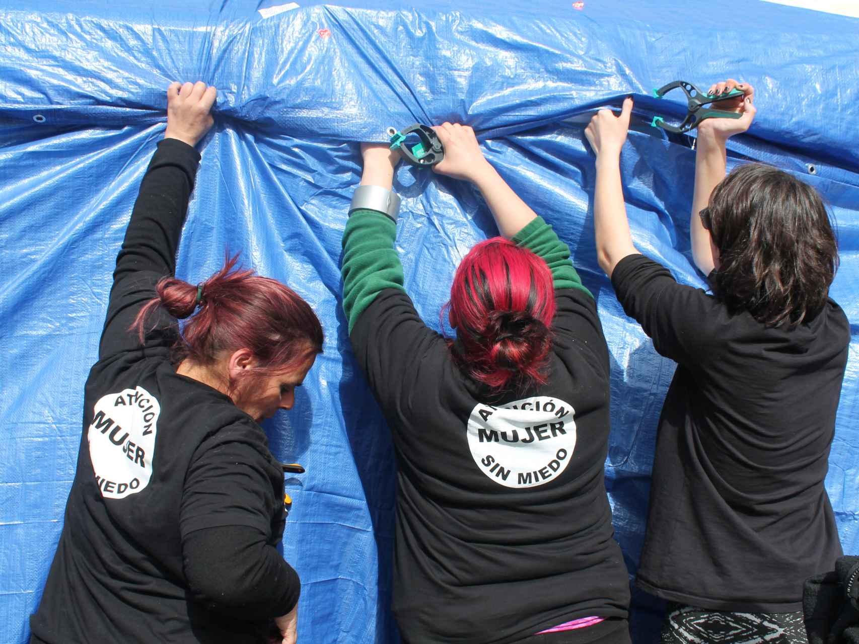 De las ocho mujeres que comenzaron la huelga de hambre quedan cuatro. También han acampado.